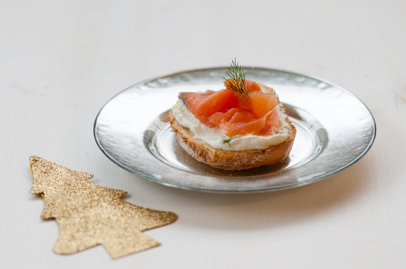 Crostone con salmone affumicato e yogurt greco all'aneto