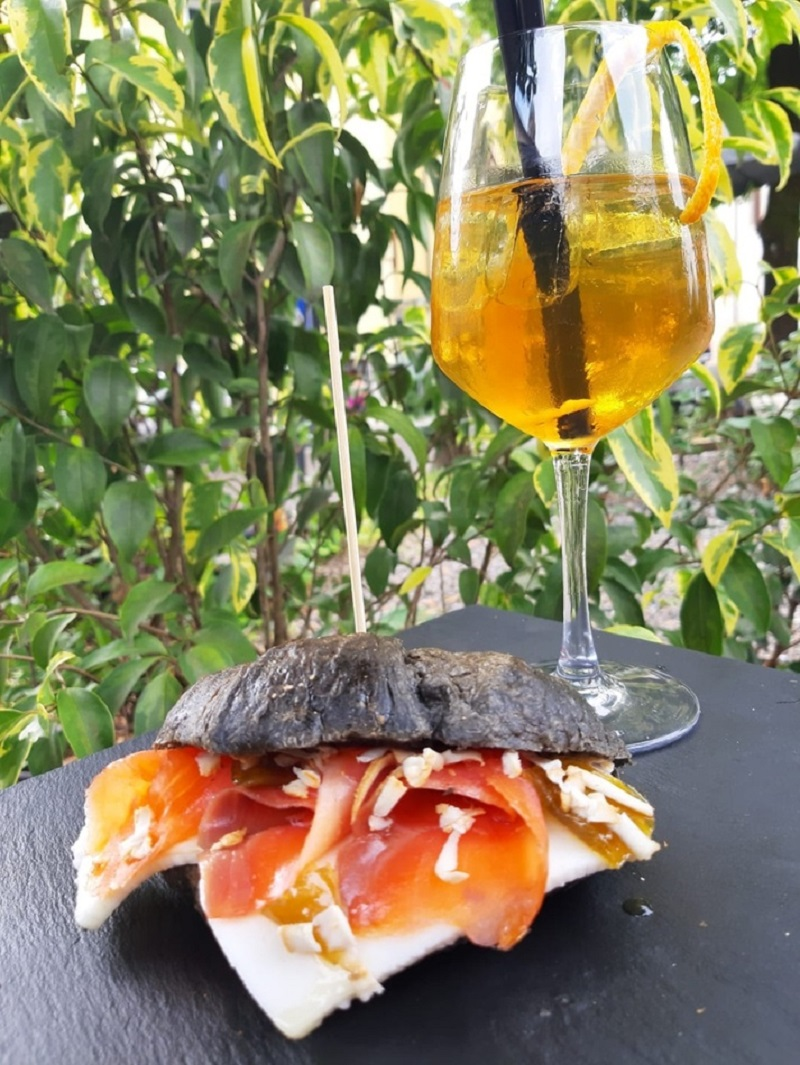 Un cocktail e un panino per l'aperitivo d'estate